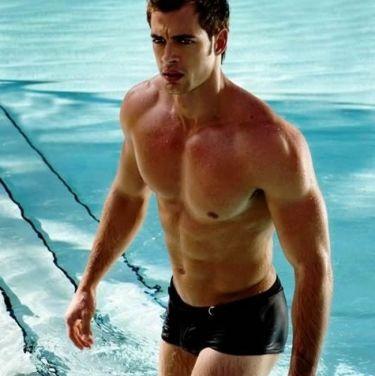 Βγαίνει από το νερό και «ανεβάζει» την θερμοκρασία ο William Levy!