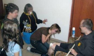 Σάλος: Ιερέας βάζει παιδιά να γλύψουν σαντιγί από το γόνατό του!