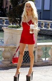 Ε, κοπελιά… Πού πας με τους κοθόρνους και το κοντό κόκκινο φόρεμα; (φωτό)