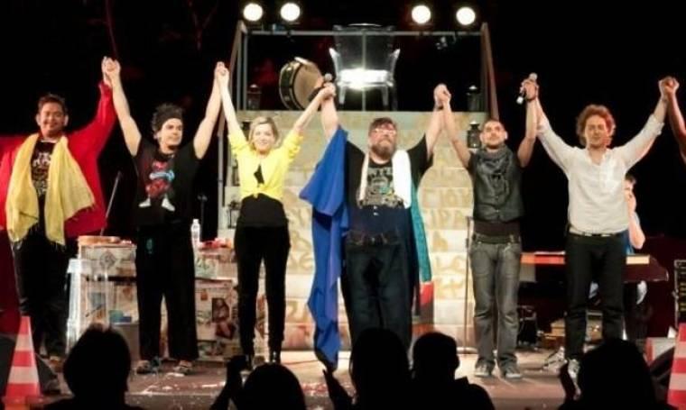 Σταμάτης Κραουνάκης: Συνεχίζει τις παραστάσεις σε νέο χώρο για ακόμα έναν μήνα