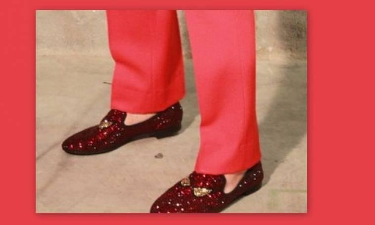 Ποιος έλληνας τραγουδιστής έβαλε αυτά τα παπούτσια;