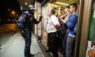Βίντεο: Καταστηματάρχης μπήκε ανάμεσα στα ΜΑΤ και τους διαδηλωτές
