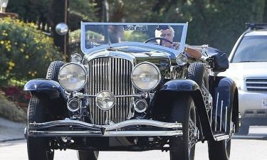 Jay Leno: Με δυσκολία φτάνει το τιμόνι στην αντίκα του!