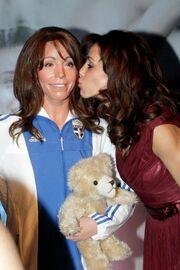 Δείτε ποιον φιλά η Βούλα Πατουλίδου!
