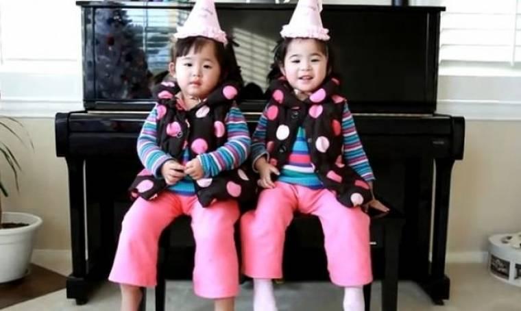 Βίντεο: Δίδυμες προσπαθούν να τραγουδήσουν το «Happy Birthday»