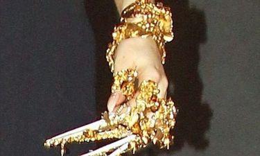Με όλο το… χρυσάφι της στα νύχια!