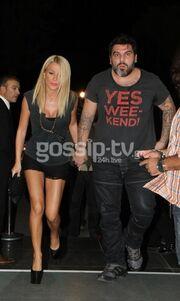 Ο Τόνυ, ο λεκές στην μπλούζα και η ξανθιά αγαπημένη του! (φωτό)