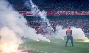 Σταντάρ Λιέγης – Άντερλεχτ: Διακοπή του αγώνα λόγω... φωτοβολίδων (video)