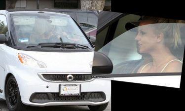 Βγάζει 15 εκατομμύρια δολάρια και οδηγεί τόσο μικρό αυτοκίνητο;