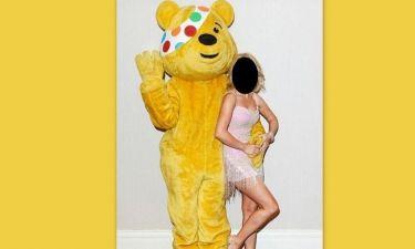 Ποια καυτή σταρ παίρνει αγκαλιά τον τεράστιο κίτρινο αρκούδο;