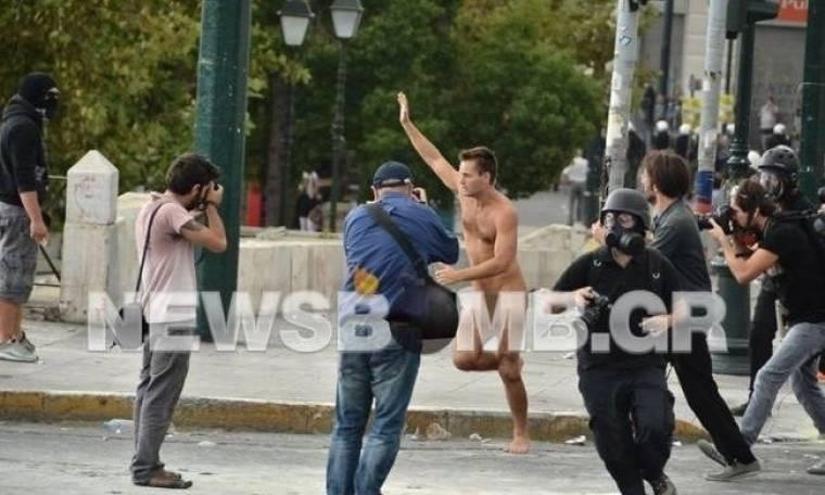 Ολόγυμνος άνδρας τρέχει στο Σύνταγμα! (pics)