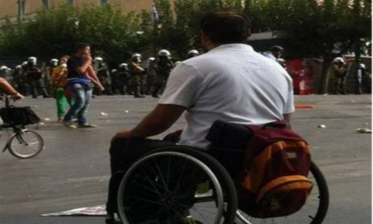Η φώτο που σαρώνει: Ο ανάπηρος διαδηλωτής απέναντι στα ΜΑΤ