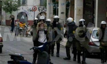 Άνδρας των ΜΑΤ έκανε «ασπίδα» μια διαδηλώτρια; (ΦΩΤΟ)
