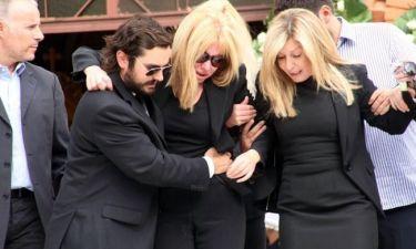 Κατέρρευσε η Λίζα Δουκακάρου στην κηδεία του συζύγου της