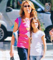 Τατιάνα Στεφανίδου: Στην Κηφισιά με την κόρη της