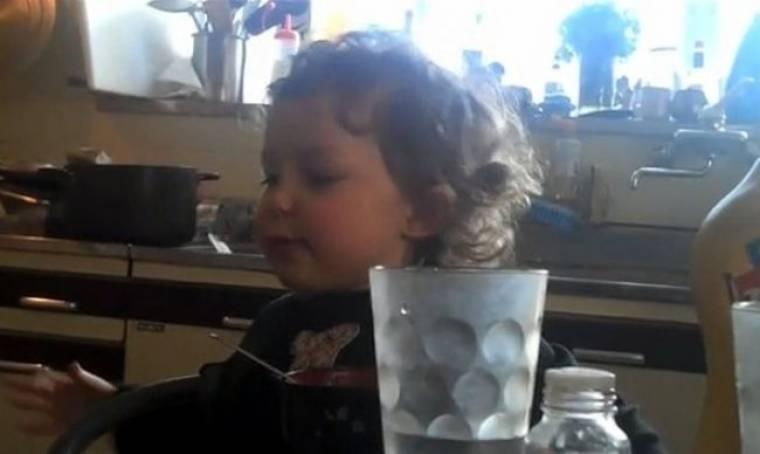 Βίντεο: Ένας πιτσιρίκος μιλάει στον μπαμπά του για τη μάχη του με… τα ζόμπι!