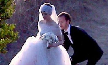 Anne Hathaway: Πουλάει τις γαμήλιες φωτογραφίες της για να στηρίξει τους gay γάμους