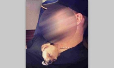 Κοιμάται με τον σκύλο του μέσα στην… μπλούζα του