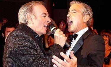 Ο George Clooney τραγουδά… ντουέτο με τον Neil Diamond!