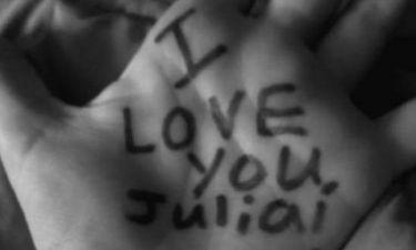 Ποιος έγραψε στην παλάμη του ότι αγαπάει την Τζούλια;