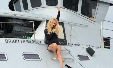 Pamela Anderson: Φωτογράφηση με μαγιό για… καλό σκοπό