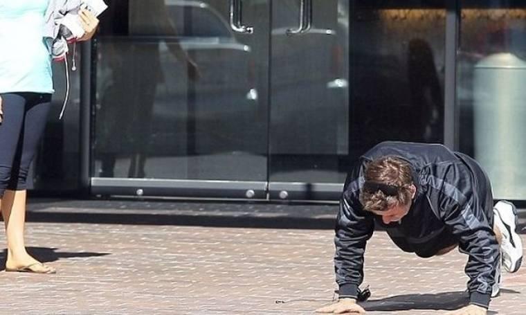 Κάνοντας push-ups στη μέση του δρόμου