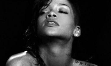 Βίντεο: Η σέξι Rihanna καπνίζει... διαμάντια