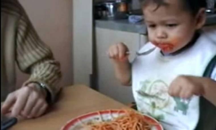 Βίντεο: Μπόμπιρας πασαλείβεται με τα μακαρόνια!