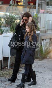 Η βόλτα της Βάνας Μπάρμπα με την κόρη της (φωτό)