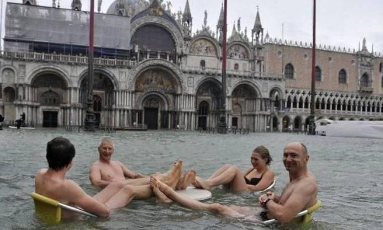 Βενετία: Με το μαγιό στην πλημμυρισμένη πόλη