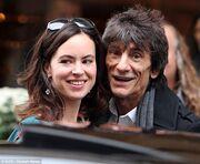 O 65χρονος Ronnie Wood σε ρομαντική βόλτα στο Παρίσι με την 34χρονη αγαπημένη του! (φωτό)