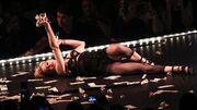 Madonna: Οι άσεμνες κινήσεις στη σκηνή και ένα όπλο για… γλείψιμο!