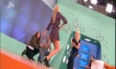 Η Αντωνία Καλλιμούκου χορεύει ζεϊμπέκικο και η Ελένη Μενεγάκη χτυπάει παλαμάκια εν ώρα εκπομπής!