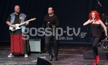 Ο σύντροφος της Εβελίνας Παπούλια με φούστα στη σκηνή!