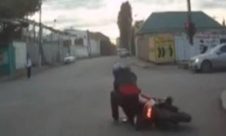 Βίντεο: Ο πιο... τραγικός οδηγός μηχανής που έχετε δει