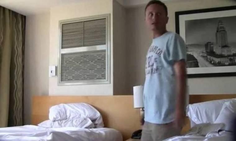 Ξύπνησε, βρήκε προφυλακτικό χρησιμοποιημένο δίπλα του και... τρελάθηκε