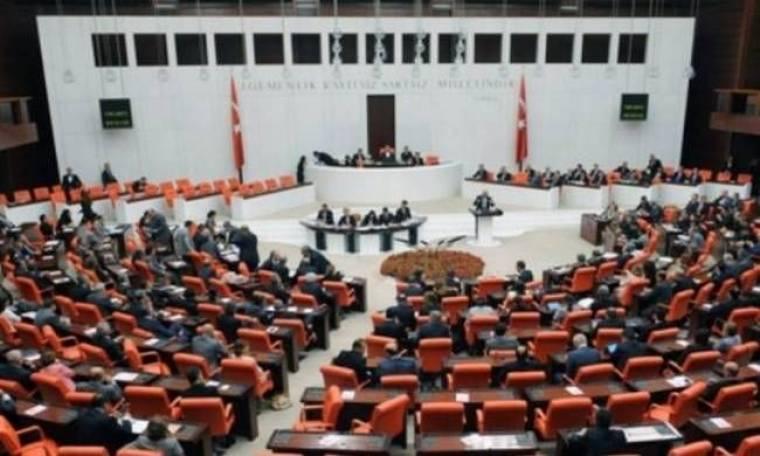 Έριξε δακρυγόνα μέσα στην τουρκική Βουλή