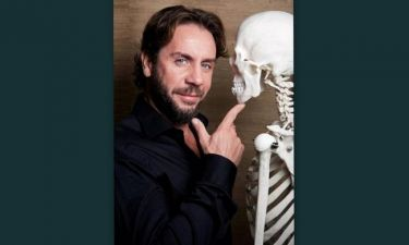 Γιώργος Μαζωνάκης: Ποζάρει με ένα… σκελετό