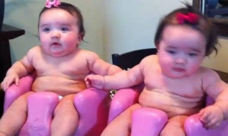 Δείτε δυο πανέμορφα κοριτσάκια να γελούν με την «κραυγή» του μπαμπά τους!