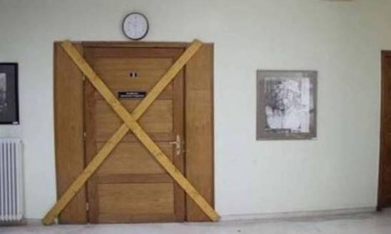 Σφράγισε την πόρτα του δημαρχείου για να μην απολυθούν οι εργαζόμενοι!
