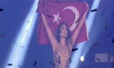 Jenifer Lopez: «Σήκωσε» την τουρκική σημαία σε συναυλία της στην Κωνσταντινούπολη!