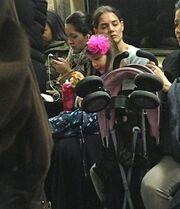 Ποια σταρ έριξε έναν υπνάκο στο μετρό;