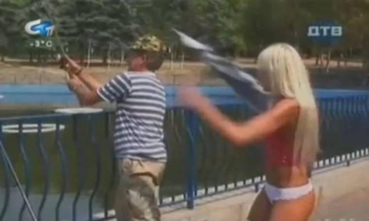 Της... ψάρεψε τη φούστα και την άφησε γυμνή (video)