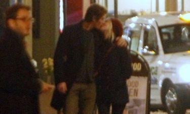 Αυτός είναι έρωτας! Τα καυτά φιλιά διάσημης ηθοποιού με τον εραστή της! (φωτό)