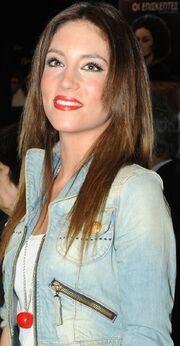 Ποια ηθοποιός παρακολουθεί τους «Ράδιο Αρβύλα» αυτή την ώρα δίπλα στο αναμμένο τζάκι της;