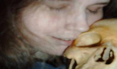 Νέες φωτογραφίες: Η νεκρόφιλη Σουηδή αγκαλιάζει και γλύφει τον σκελετό