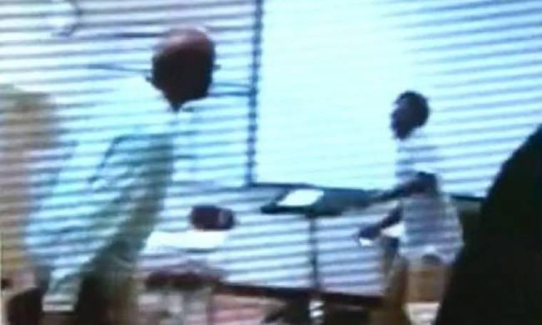 Βίντεο: Άγριο ξύλο μεταξύ μαθητή και καθηγητή σε σχολείο