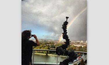 Φωτογραφίζει το ουράνιο τόξο από το μπαλκόνι του