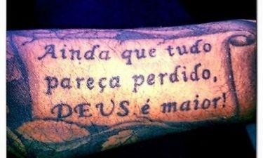Τατουάζ στο χέρι του…