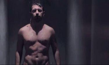 Γυμνός και βρεγμένος ο Θάνος Πετρέλης!